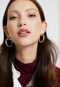 Pieces - PCOLKA HOOP EARRINGS 2 PACK - Øredobber - silver-coloured - 1