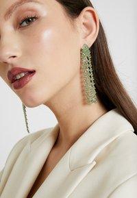 Pieces - PCDICTE EARRINGS - Náušnice - silver-coloured/green ash - 1