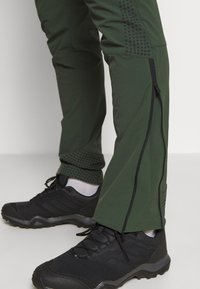 Peak Performance - LIGHT SOFTSHELL PANTS - Pantalones montañeros largos - drift green - 4