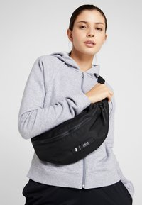 Peak Performance - SLING BAG - Ledvinka - black - 5