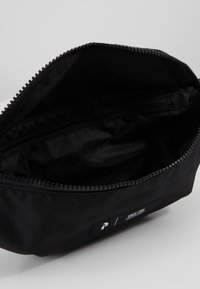 Peak Performance - SLING BAG - Ledvinka - black - 4