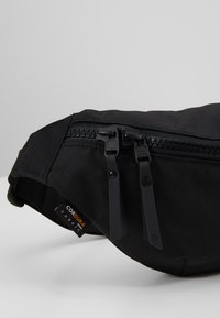 Peak Performance - SLING BAG - Ledvinka - black - 7