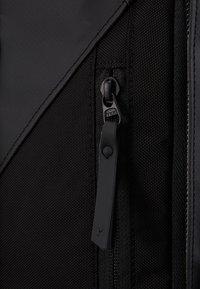 Peak Performance - VERTICAL DUFFLE  - Sportovní taška - black - 9