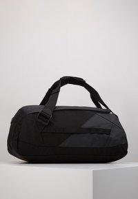 Peak Performance - VERTICAL DUFFLE  - Sportovní taška - black - 4