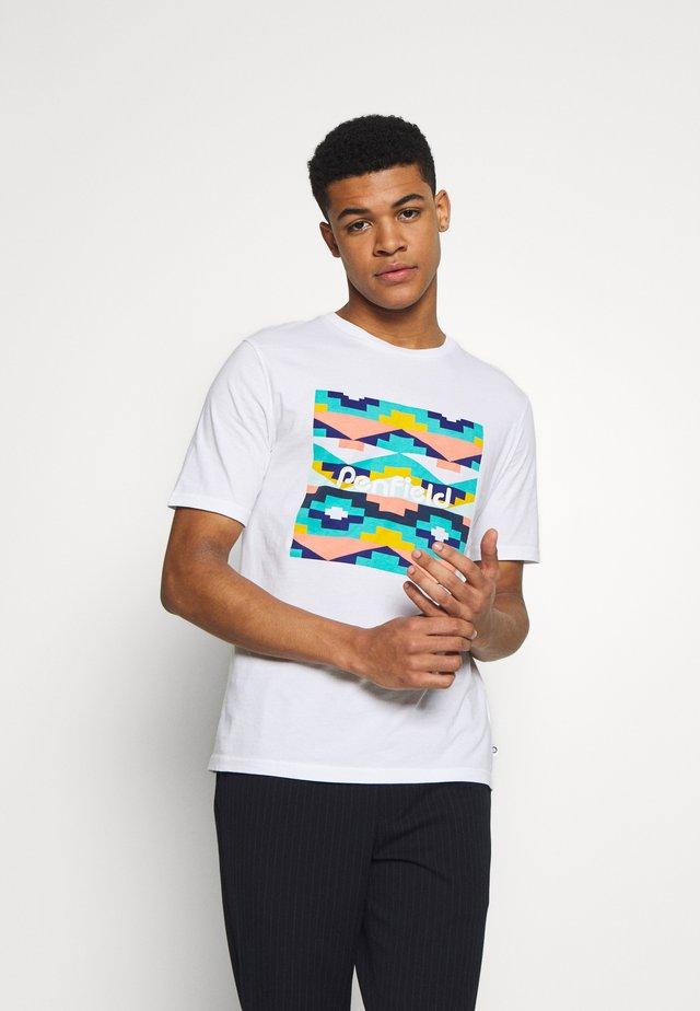 SANDTOFT  - T-shirt med print - white