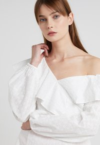 PERSEVERANCE LONDON - DITSY ANGLAISE ASYMMETRIC BLOUSE - Blouse - offwhite - 4