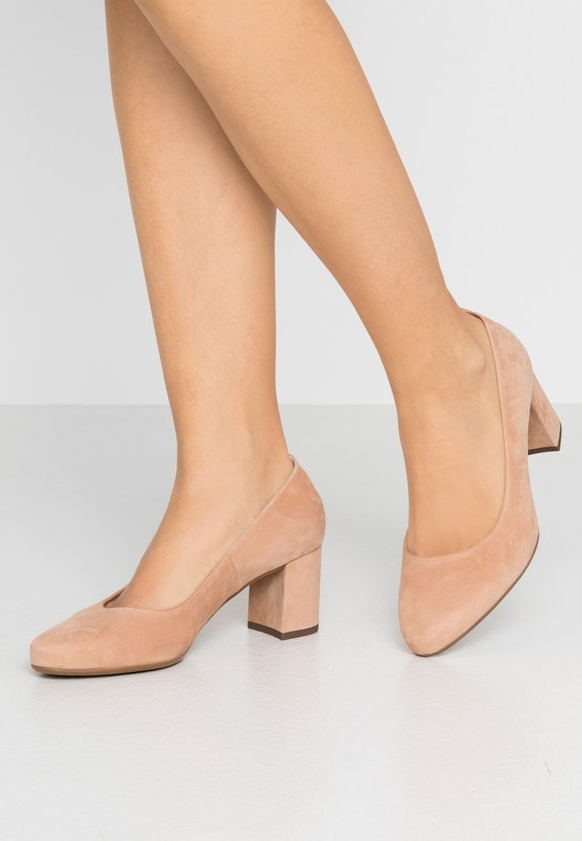 WIDE FIT WINA - Klassiske pumps - biscotti