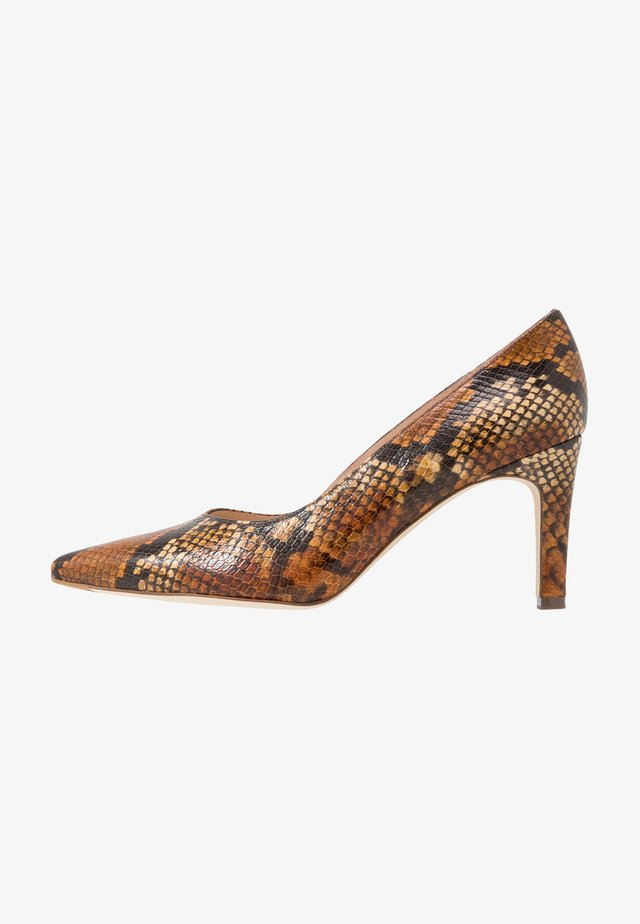 WIDE FIT TELSE - Klassiske pumps - biscotti/inguana