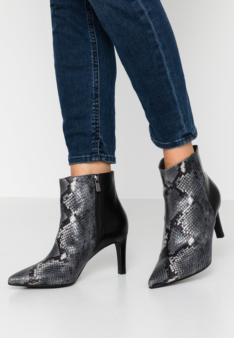 Peter Kaiser Wide Fit - WIDE FIT ALINA - Ankle Boot - carbon/schwarz
