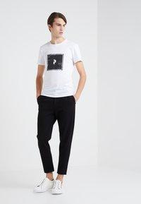 Peak Performance Urban - TEE - Camiseta estampada - white - 1