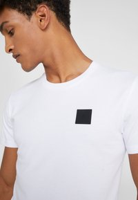 Peak Performance Urban - URBAN TEE - T-paita - white - 4