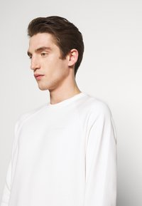 Peak Performance Urban - URBAN CREW - Sweatshirt - white - 3