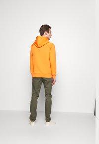 Peak Performance Urban - URBAN HOODIE - Jersey con capucha - orange dune - 2