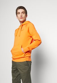Peak Performance Urban - URBAN HOODIE - Jersey con capucha - orange dune - 0