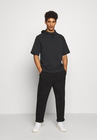 Peak Performance Urban - EXTENDED SHORTSLEEVE HOOD - Jersey con capucha - black - 1