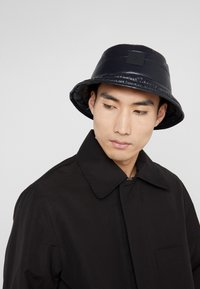 Peak Performance Urban - VERNIS BUCKET HAT - Hatte - black - 1