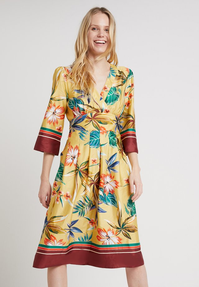 PRINTTED DRESS - Freizeitkleid - yellows