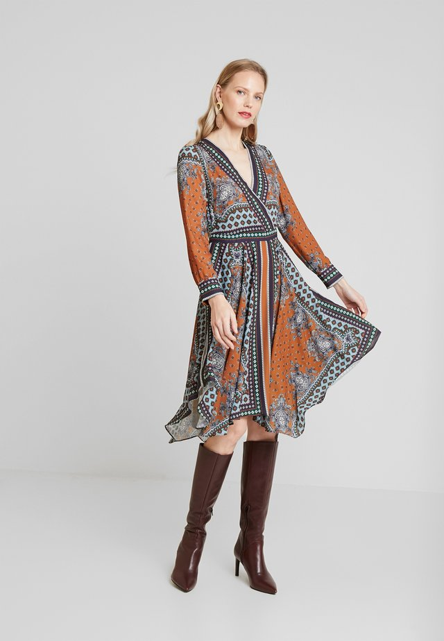 SCARF PRINT DRESS - Freizeitkleid - blues