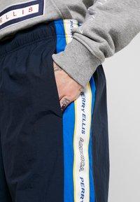 Perry Ellis America - TRACK PANT - Pantalon de survêtement - dark sapphire - 4