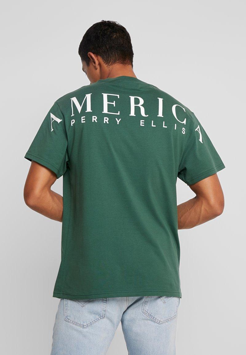 Perry Ellis America - ON THE BACK - T-shirts print - pineneedle