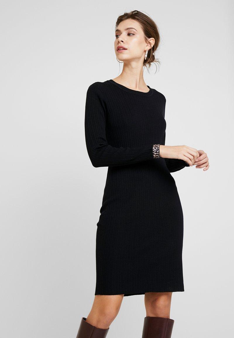 PEPPERCORN - LAMOUR DRESS - Strickkleid - black
