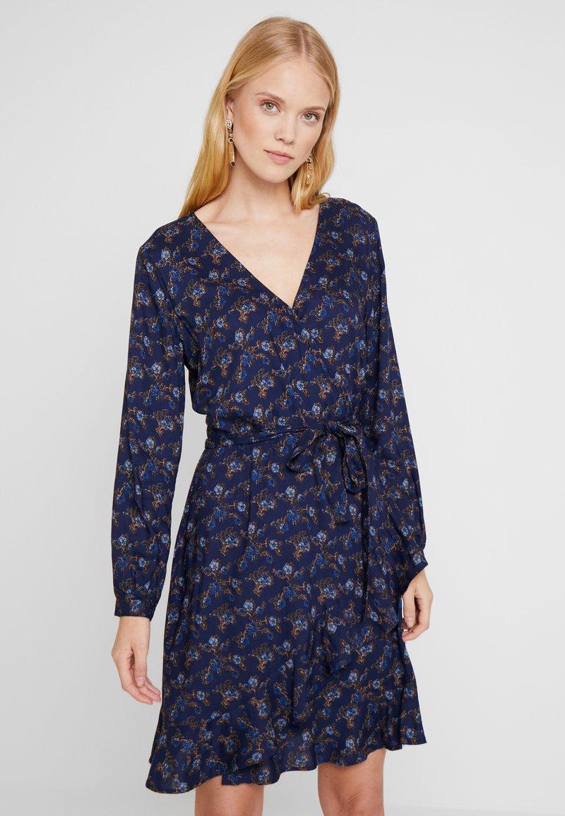 Pepercorn - WRAPAROUND DRESS FLOWER PRINT - Kjole - american beaty