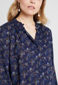 PEPPERCORN - FLOWER PRINT - Skjorte - dark blue - 4