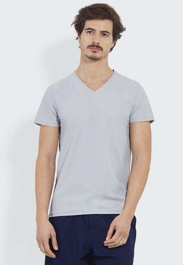 STUDIO JOURNEY - Basic T-shirt - grey