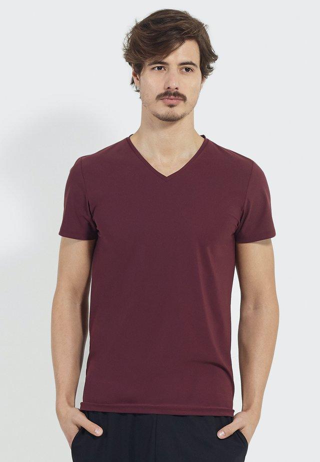 STUDIO JOURNEY - Basic T-shirt - burgundy