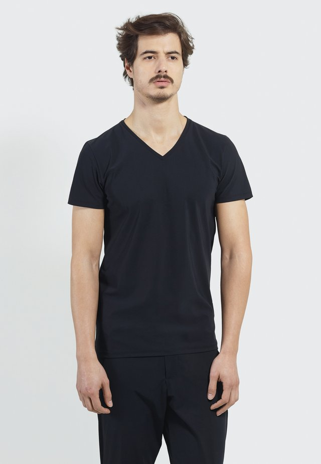 STUDIO JOURNEY - Basic T-shirt - black
