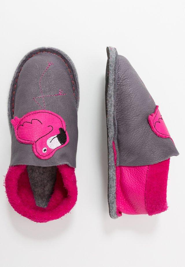 KIGA FLAMINGO - Kapcie - graphit pink
