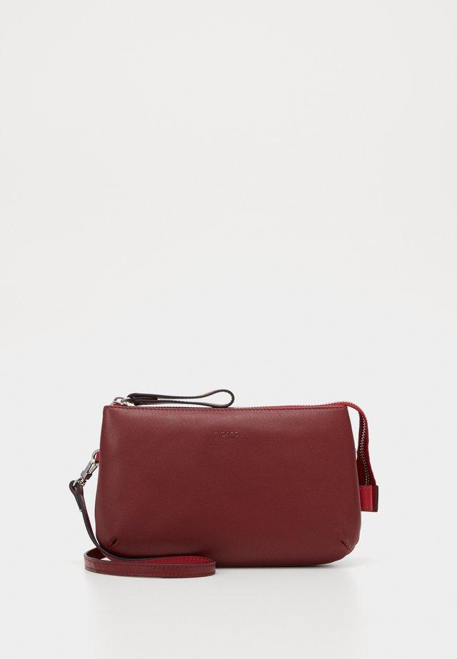 BUTTERFLY - Across body bag - redwood