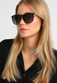 Pilgrim - SUNGLASSES VANILLE - Sunglasses - black - 1