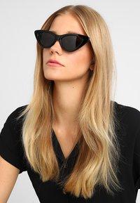 Pilgrim - SUNGLASSES JOSELINE - Okulary przeciwsłoneczne - black - 1