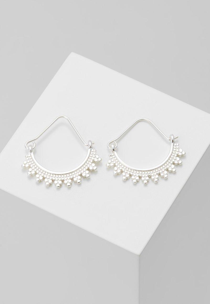 Pilgrim - EARRINGS KIKU - Kolczyki - silver-coloured
