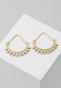 Pilgrim - EARRINGS KIKU - Earrings - gold-coloured - 0