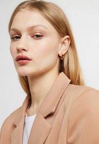 Pilgrim - EARRINGS MIKA - Earrings - gold-coloured/brown - 1
