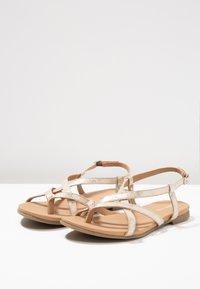 Pier One - Sandály s odděleným palcem - gold - 4