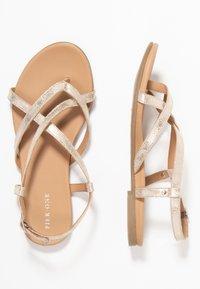 Pier One - Sandály s odděleným palcem - gold - 3