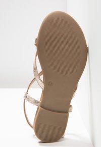 Pier One - Sandály s odděleným palcem - gold - 6