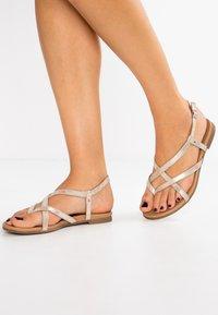Pier One - Sandály s odděleným palcem - gold - 0