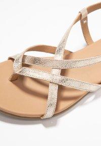 Pier One - Sandály s odděleným palcem - gold - 2