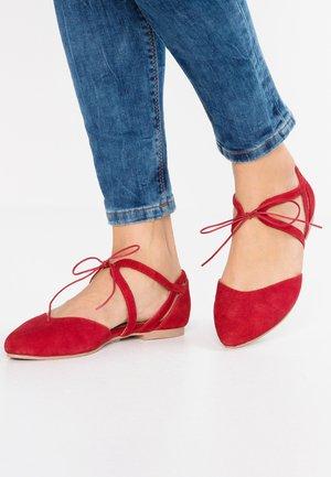 Ballerinat nilkkaremmillä - red