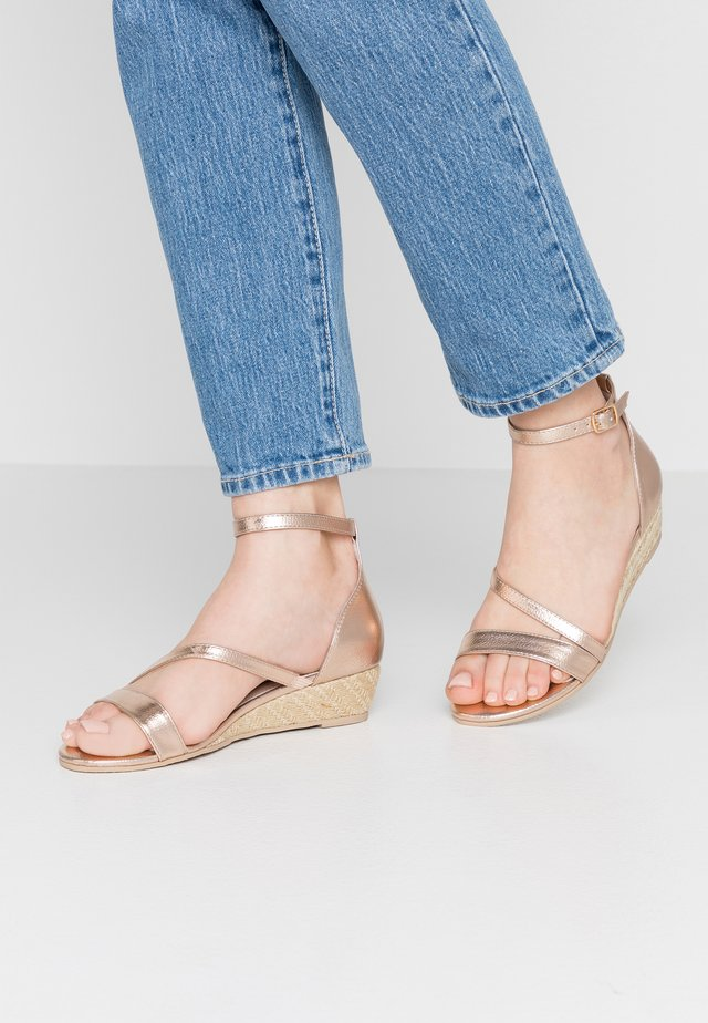 Sandały na koturnie - rose gold