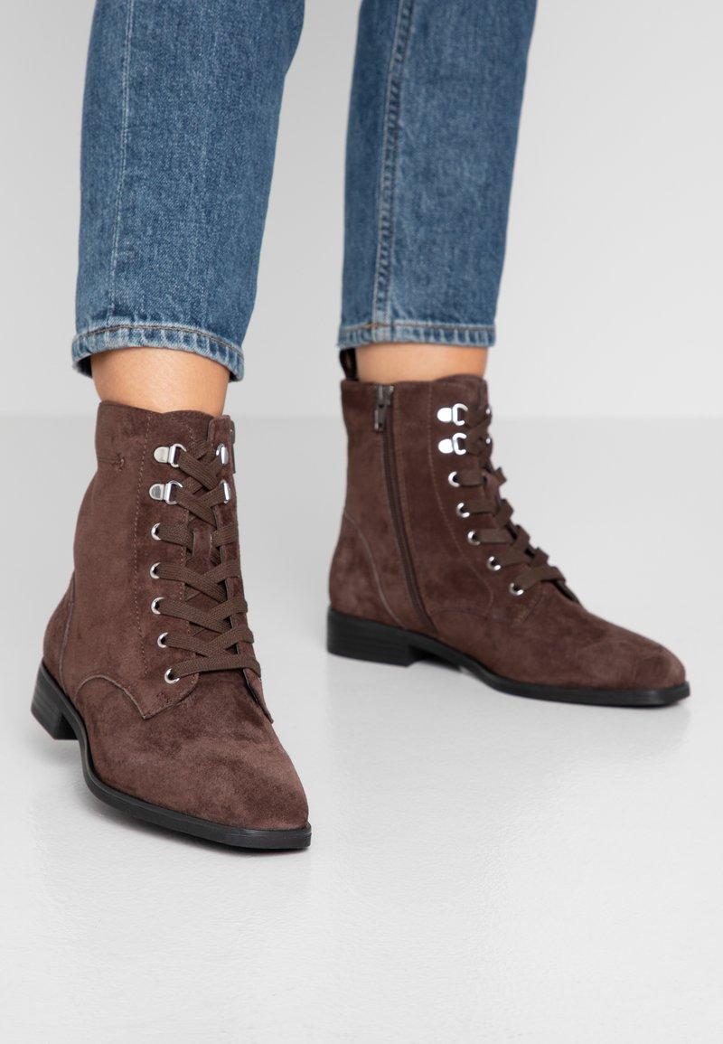 Pier One - Šněrovací kotníkové boty - brown