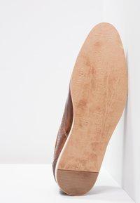 Pier One - Volnočasové šněrovací boty - cognac - 4