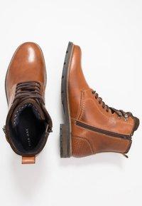 Pier One - Šněrovací kotníkové boty - cognac - 1