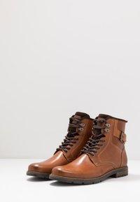 Pier One - Šněrovací kotníkové boty - cognac - 2