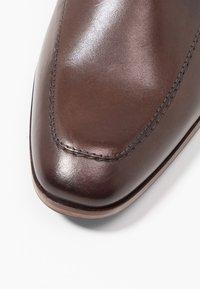Pier One - Zapatos con cordones - dark brown - 5