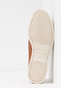 Pier One - Boat shoes - cognac - 4